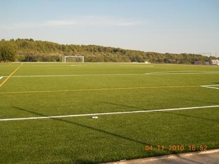 Instalación de césped artificial en el campo de futbol municipal